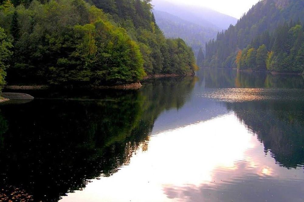 www.casabucureasa.ro - atractii turistice - Lacul Petrimanu